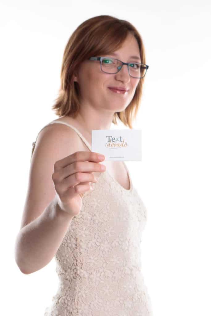 Jane Schmidt vom Textdorado mit Visitenkarte