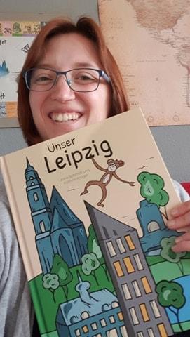 """Jane Schmidt mit dem Buch """"Unser Leipzig""""."""
