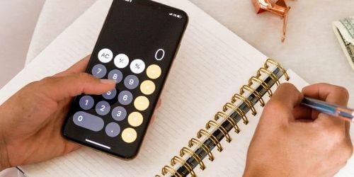 SEO-Analyse mit Taschenrechner und Notizbuch