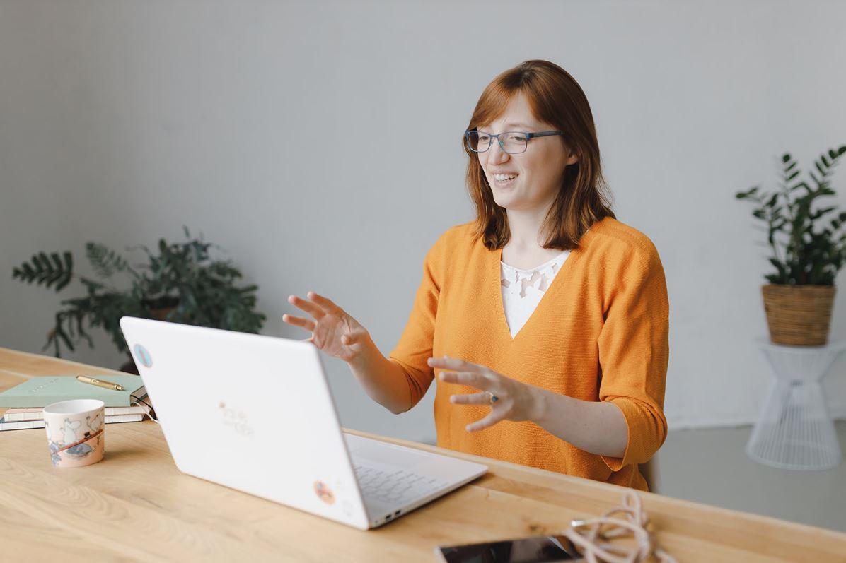 Jane von Klee in einer Zoom-Konferenz am Laptop.