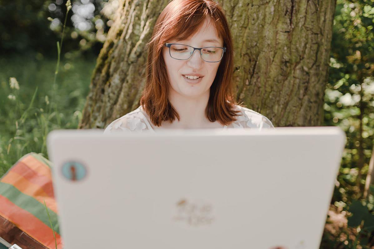 Jane von Klee am Laptop