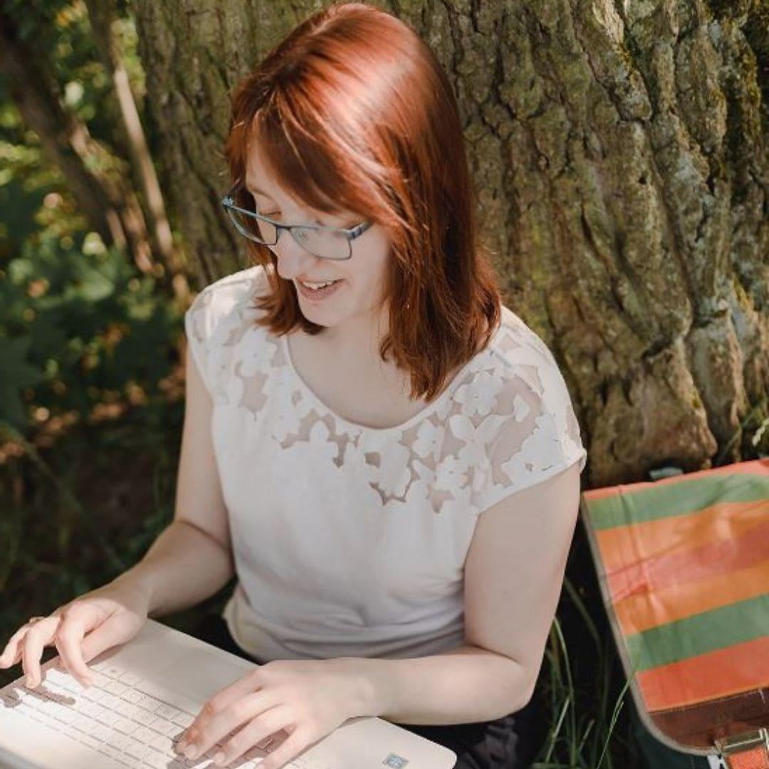 Jane von Klee mit Laptop im Park.